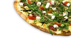 Ορεκτική πίτσα με το ζαμπόν, σαλάμι, arugula, ντομάτες κερασιών, fetaksa, βαλσαμικός που απομονώνεται στο λευκό Στοκ εικόνα με δικαίωμα ελεύθερης χρήσης