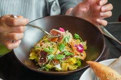 Ορεκτική σαλάτα με τη γυναίκα έτοιμη να φάει στοκ εικόνες