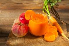 Ορεκτικός χυμός από τα καρότα και τα μήλα στοκ φωτογραφίες