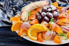 Ορεκτικός, ώριμος, θερινά φρούτα, που εξυπηρετούνται υπέροχα στον πίνακα στοκ εικόνες με δικαίωμα ελεύθερης χρήσης