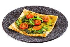 Ορεκτικός crepe με τις ντομάτες και το pesto σάλτσας που απομονώνεται στο λευκό στοκ φωτογραφία με δικαίωμα ελεύθερης χρήσης