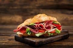 Ορεκτικός croissant με το σαλάμι και, το τυρί και τις ντομάτες στοκ φωτογραφίες