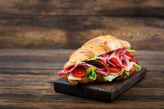 Ορεκτικός croissant με το σαλάμι και, το τυρί και τις ντομάτες στοκ εικόνες