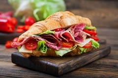 Ορεκτικός croissant με το σαλάμι και, το τυρί και τις ντομάτες στοκ εικόνες με δικαίωμα ελεύθερης χρήσης