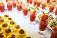 Ορεκτικό θαλασσινών της σάλτσας γαρίδων και ντοματών σε ένα γυαλί σε έναν πίνακα Στοκ Εικόνες
