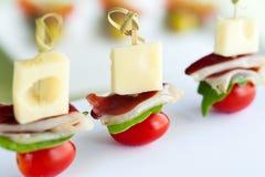 Ορεκτικό μίνι οβελίδιο ζαμπόν παπιών με το τυρί Στοκ Εικόνες