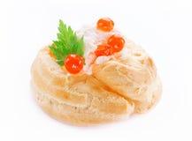 Ορεκτικό με το κόκκινο χαβιάρι, γαστρονομικά τρόφιμα, πρόχειρο φαγητό κομμάτων Profiterol Στοκ Εικόνες