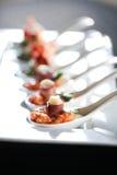 Ορεκτικό με το μπέϊκον και pesto σε ένα κουτάλι Στοκ εικόνα με δικαίωμα ελεύθερης χρήσης