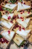 Ορεκτικό σάντουιτς τριγώνων που καλύπτεται στα τα βακκίνια στοκ εικόνες