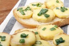 Ορεκτικό του ψωμιού σίτου, των πατατών, του τυριού και των πράσινων κρεμμυδιών Στοκ Φωτογραφία
