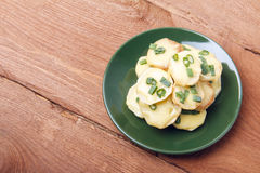 Ορεκτικό των πατατών, του τυριού και των πράσινων κρεμμυδιών Υπάρχει χώρος για το κείμενο Στοκ εικόνα με δικαίωμα ελεύθερης χρήσης