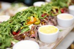 Ορεκτικό των ψαριών, των λαχανικών και των χορταριών με τις διαφορετικές σάλτσες επάνω Στοκ Εικόνα