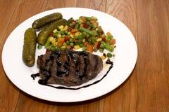 Ορεκτικό ψημένο στη σχάρα κρέας με τα ψημένα λαχανικά στοκ φωτογραφία