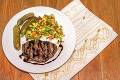Ορεκτικό ψημένο στη σχάρα κρέας με τα ψημένα λαχανικά στοκ εικόνα με δικαίωμα ελεύθερης χρήσης