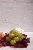 Ορεκτικό Antipasto στο άσπρο ξύλινο υπόβαθρο Στοκ φωτογραφία με δικαίωμα ελεύθερης χρήσης