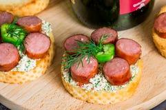 Ορεκτικό Tapas με τη σάλτσα και το λουκάνικο Στοκ εικόνα με δικαίωμα ελεύθερης χρήσης