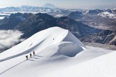 Ορεσίβιοι που περπατούν αναρριμένος στην κορυφογραμμή βουνών ιχνών χιονιού, Βολιβία Στοκ Εικόνες