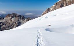 Ορεσίβιοι που περπατούν αναρριμένος στην κορυφογραμμή βουνών ιχνών χιονιού, Βολιβία Στοκ εικόνες με δικαίωμα ελεύθερης χρήσης