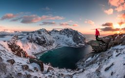 Ορεσίβιος ατόμων που στέκεται στο βράχο του μέγιστου βουνού στο ηλιοβασίλεμα στοκ φωτογραφίες με δικαίωμα ελεύθερης χρήσης