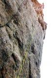 Ορεσίβιος γυναικών, ορεσίβιος νέων που αναρριχείται σε μια δύσκολη διαδρομή σε έναν βράχο Ο ορειβάτης αναρριχείται σε έναν δύσκολ στοκ φωτογραφία με δικαίωμα ελεύθερης χρήσης