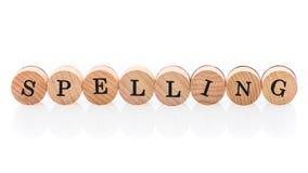 Ορθογραφία λέξης από τα κυκλικά ξύλινα κεραμίδια με το παιχνίδι παιδιών επιστολών στοκ εικόνα με δικαίωμα ελεύθερης χρήσης