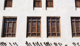 Ορθογώνια ξύλινα παράθυρα με το arabesque στο αραβικό ύφος, κινηματογράφηση σε πρώτο πλάνο στοκ εικόνα με δικαίωμα ελεύθερης χρήσης