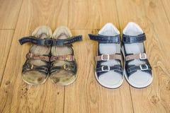 Ορθοπεδικά παπούτσια των παλαιών και νέων παιδιών Τακούνι του Thomas, υποστήριξη αψίδων στοκ φωτογραφία