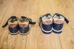 Ορθοπεδικά παπούτσια των παλαιών και νέων παιδιών Τακούνι του Thomas, υποστήριξη αψίδων στοκ εικόνα με δικαίωμα ελεύθερης χρήσης