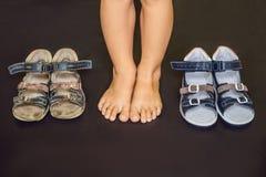 Ορθοπεδικά παπούτσια των παλαιών και νέων παιδιών Τακούνι του Thomas, υποστήριξη αψίδων στοκ εικόνες