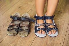 Ορθοπεδικά παπούτσια των παλαιών και νέων παιδιών Τακούνι του Thomas, υποστήριξη αψίδων στοκ φωτογραφίες με δικαίωμα ελεύθερης χρήσης