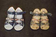 Ορθοπεδικά παπούτσια των παλαιών και νέων παιδιών Τακούνι του Thomas, υποστήριξη αψίδων στοκ φωτογραφίες