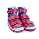 Ορθοπεδικά παπούτσια παιδιών ` s σε ένα άσπρο υπόβαθρο Στοκ Φωτογραφίες