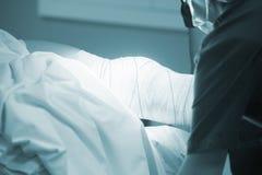 Ορθοπεδική επίδεση γονάτων χειρουργικών επεμβάσεων Traumatology Στοκ Φωτογραφία