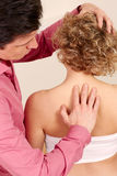 Ορθοπεδικός χειρούργος με έναν ασθενή στη θεραπεία Στοκ εικόνα με δικαίωμα ελεύθερης χρήσης