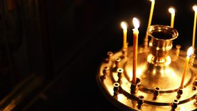 Ορθόδοξη Εκκλησία, κεριά στο κηροπήγιο σε σε αργή κίνηση φιλμ μικρού μήκους