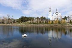 Ορθόδοξη χριστιανική εκκλησία από τη λίμνη Στοκ φωτογραφία με δικαίωμα ελεύθερης χρήσης