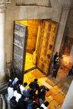 Ορθόδοξοι ιερείς και προσκυνητές στην εκκλησία του ιερού τάφου στοκ φωτογραφίες