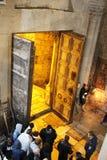 Ορθόδοξοι ιερείς και προσκυνητές στην εκκλησία του ιερού τάφου στοκ εικόνες