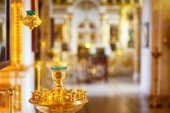 Ορθόδοξος ή χριστιανική εκκλησία μέσα με τα όμορφα κεριά και το εσωτερικό Στοκ Εικόνες
