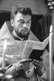 Ορθόδοξος ιερέας στην εκκλησία Στοκ Φωτογραφία