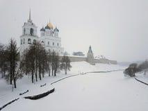 Ορθόδοξος ναός χειμερινών τοπίων, Pskov Κρεμλίνο, Ρωσία στοκ φωτογραφία