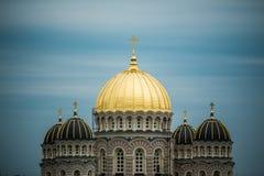 Ορθόδοξος χρυσός θόλος καθεδρικών ναών επάνω από τα δέντρα πόλεων της Ρήγας Στοκ φωτογραφία με δικαίωμα ελεύθερης χρήσης