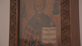 Ορθόδοξο εικονίδιο στον τοίχο στην εκκλησία Πανόραμα από από κατω έως επάνω o απόθεμα βίντεο