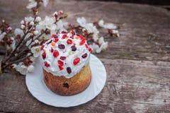 Ορθόδοξο kulich ψωμιού Πάσχας γλυκό, paska, κλαδίσκοι ιτιών Ζωηρόχρωμα αυγά Πάσχας στο γκρίζο ξύλινο υπόβαθρο Διακοπές Πάσχας Στοκ Εικόνα