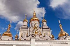 Ορθόδοξη Εκκλησία με τους χρυσούς θόλους, καθεδρικός ναός τριάδας και πύργος κουδουνιών σε Pochaev Lavra Pochayiv Lavra, Ουκρανία Στοκ φωτογραφίες με δικαίωμα ελεύθερης χρήσης