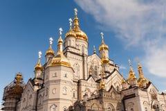 Ορθόδοξη Εκκλησία με τους χρυσούς θόλους, καθεδρικός ναός τριάδας και πύργος κουδουνιών σε Pochaev Lavra Pochayiv Lavra, Ουκρανία Στοκ Εικόνες