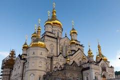 Ορθόδοξη Εκκλησία με τους χρυσούς θόλους, καθεδρικός ναός τριάδας και πύργος κουδουνιών σε Pochaev Lavra Pochayiv Lavra, Ουκρανία Στοκ Εικόνα