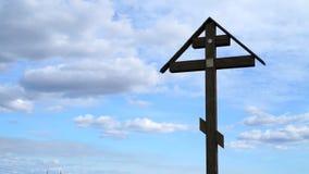 Ορθόδοξος σταυρός σε ένα υπόβαθρο του μπλε ουρανού απόθεμα βίντεο