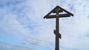 Ορθόδοξος σταυρός σε ένα υπόβαθρο των επιπλεόντων σύννεφων φιλμ μικρού μήκους