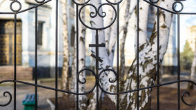 Ορθόδοξος σταυρός στο φράκτη Στοκ Φωτογραφία